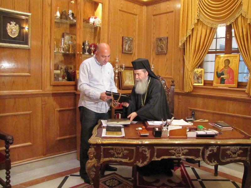 غبطة البطريرك يقدم الهدايا التذكارية للرزير