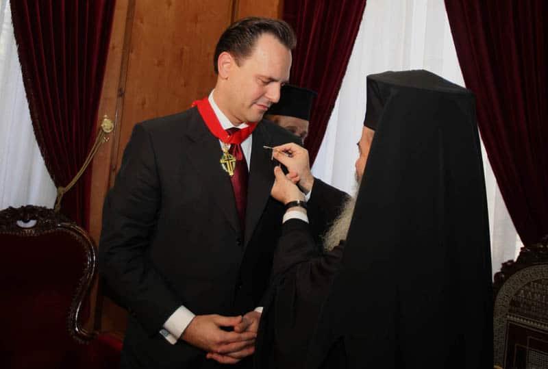 غبطة البطريرك يهدي الوزير رمز تذكاري يخص اباء القبر المقدس