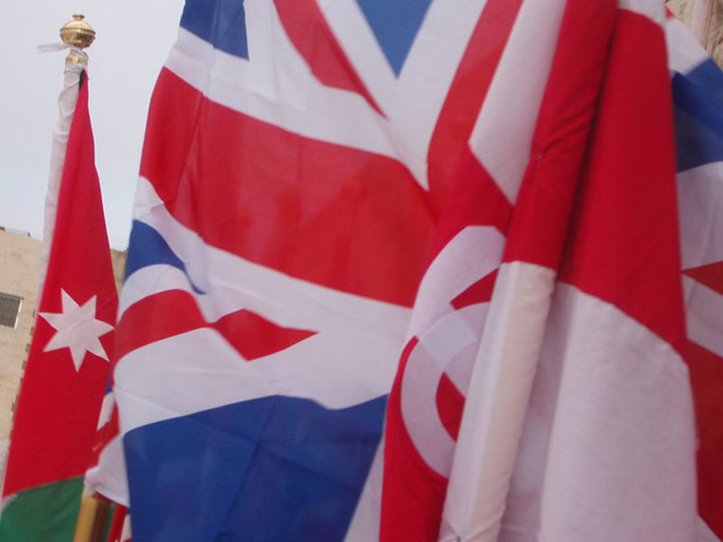 علم دولة انجلترا بجانب علم اخوية القبر المقدس