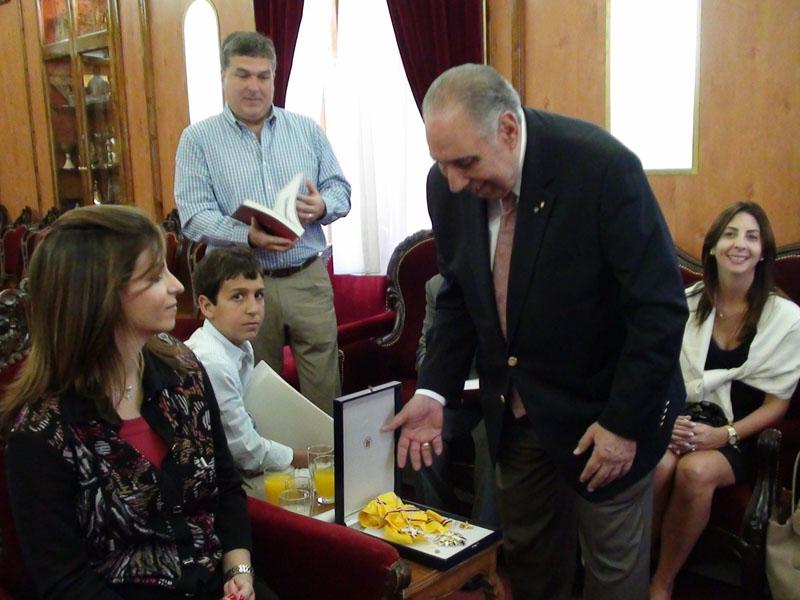 سفير بنما يكرم البطريرك بوسام تقدير