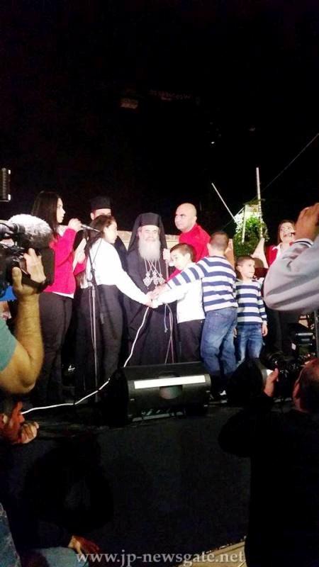 بطريرك المدينه المقدسه اورشليم يضىء شجرة الميلاد في مدينة يافا