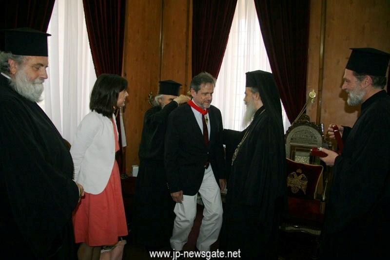 004.JPGغبطة البطريرك يكرِّم السفير اليوناني السابق في اسرائيل