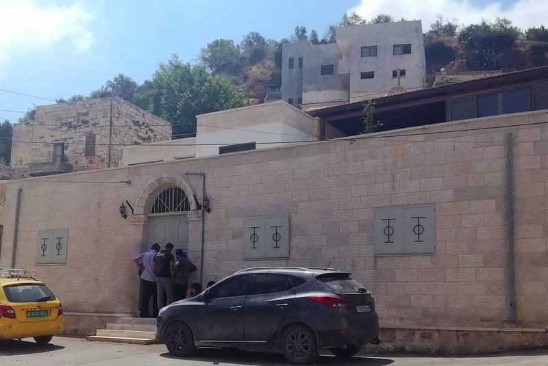 1. كنيسة مار جريس في مدخل القرية