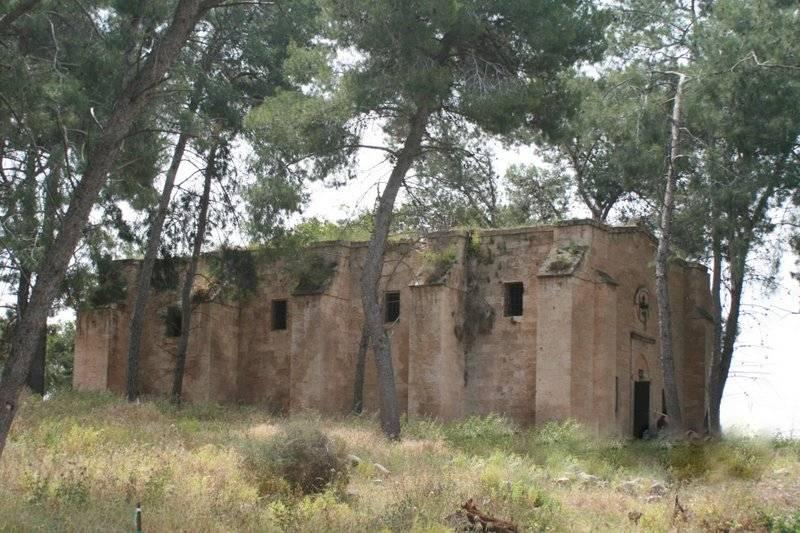 Ma`lul (1)[807]1. كنيسة 'صعود الرب' و'النبيّ إيليا' في معلول قبل إعادة الترميم، يظهر فيها الأعشاب على جدران وسطح الكنيسة [في أيار ٢٠٠٩].