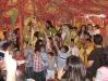 قدس الأب الارشمندريت مكاريوس يتوسط الأطفال في يوم احد الشعانين في قطر.