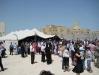 أبناء الطائفة وهم يصلون داخل الخيمة الكبيرة في قطر