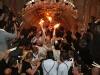 صاحب الغبطة يهب النور المقدس للمؤمنين من أمام القبر المقدس