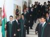 خريجي المدرسة عند دخولهم الى القاعة