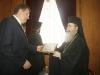 غبطة البطريرك يهدي الوزير ايقونة القبر المقدس