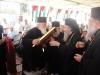 الاب الياس يهدي البطريرك ايقونة مقدسة