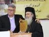 14السيد نهاد مشلب رئيس المجلي المحلي يقدم درعاً لغبطة البطريرك
