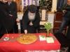 09تقطيع كعكة الفاسيلوبيتا في مقر الجالية اليونانية في القدس