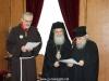 08غبطة البطريرك يُكرم الرئيس الروحي لأخوية الفرنسيسكان