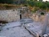 Sebastiya (2)[751]2. كنيسة الرأس من الداخل، المذبح يمين الصورة وفي الوسط يظهر مدخل الى كهفٍ تحت الأرض